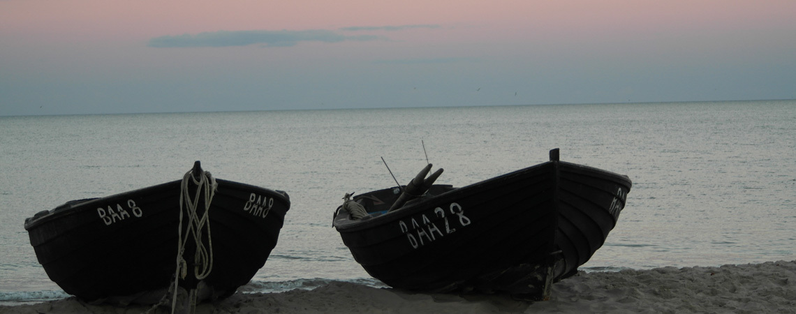 Boote am Strand zum Sonnenuntergang